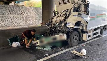 快新聞/國1北上林口段高速撞上拖板車 貨車車頭變形、駕駛夾困傷重不治
