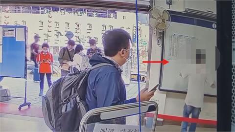 火爆!陪女友到車站退票 沒戴口罩被勸醉男「拿布告欄出氣」玻璃碎滿地