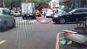 離譜家長!女兒東西掉落馬路 竟叫孩子「下車自己撿」險被撞上