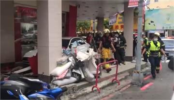 快新聞/左營連環車禍! 雙B先撞2汽車1機車 再一頭撞進店家