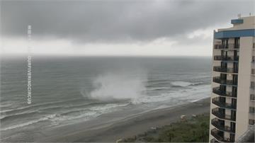 驚險直擊!南卡海邊颳龍捲風 海灘傘等物品全都飛上天
