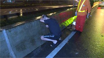 天雨路滑翻車墜邊坡 駕駛獲救後激動捶打水泥護欄