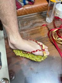 疫情間想亂跑?她自製「防疫榴槤鞋」腳底按摩 網:建議量產