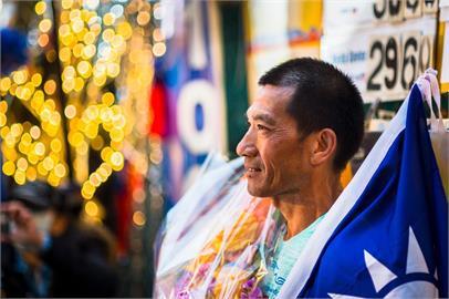 """踩人字拖跑""""世上最長超馬"""" 58歲台灣跑者羅維銘第二名完賽"""