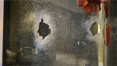 大門玻璃碎成蜘蛛網 黑衣人凌晨棒砸護膚店