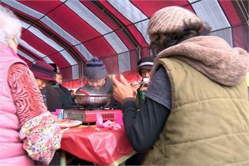 送暖! 千人圍爐招待寒士 學童替獨居婦掃除