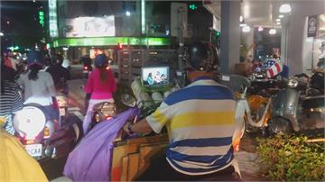 嘸湯啦!阿伯自製追劇神器邊騎車邊看劇 宛如移動神主牌