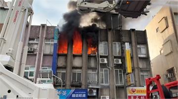 快新聞/花蓮民宅火警一男被救出 消防車趕赴支援卻撞車
