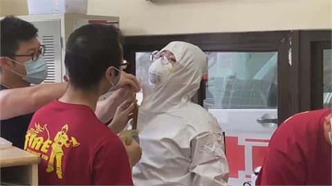 基隆老翁身體不適送醫驗出確診 消防員僅穿簡單防護措施!