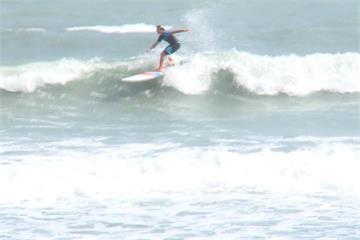 台東金樽東北季風攪局 衝浪選手練習好吃力