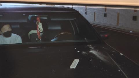 停車場驚魂! 台語歌手蔡義德 引擎蓋遭貨車上磚瓦砸壞