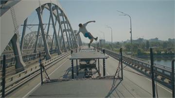 極限運動員挑戰不可能空翻飛越兩台聯結車