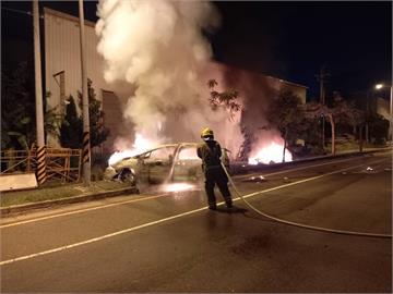 快新聞/台南台江大道車禍釀3死!千萬超跑與轎車對撞起火燒成廢鐵