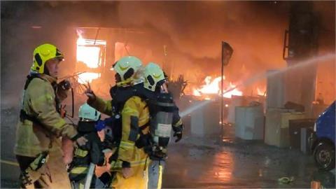 快新聞/高雄城中城大樓燒成火柱! 上百戶受困民眾焦急喊:爸媽還在8樓