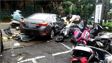 又是酒駕!轎車連撞8車翻覆路中央 肇事者公共危險罪送辦