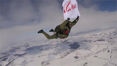 戰鬥民族浪漫婦女節 俄羅斯士兵跳傘獻花