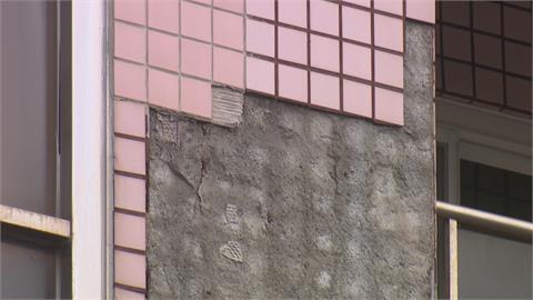 強風吹 前鎮大樓下瓷磚雨 一騎士遭碎磚噴濺右腿受傷