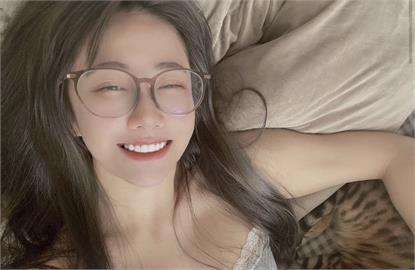 真人版娜美「床上防疫」炸出好身材!「素顏+眼鏡」美出新高度