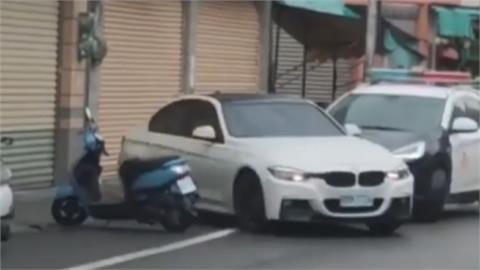 警車包抄圍捕毒蟲 嫌犯亡命衝撞秒落跑
