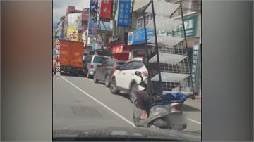 想省運費?載運近三米長層架穿梭馬路 路人:耍特技還是想省運費