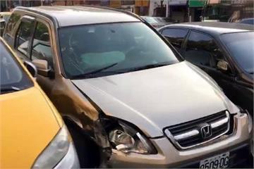 清晨休旅車撞6車 堵塞十字路口