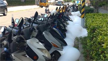 機車集體「被洗」泡泡浴!現場宛如「馬路堆白雪」