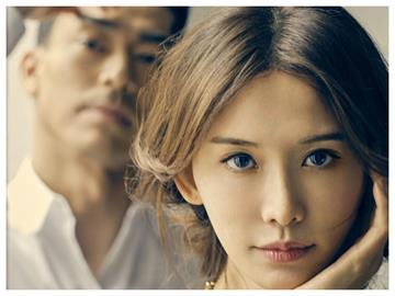 結婚2年「距離」增加?林志玲牽老公再登封面 「1眼神」狂放閃