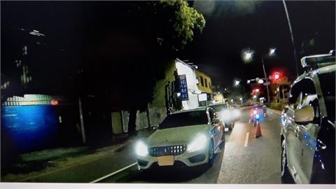 快新聞/「沒有駕照!」賓士車高雄拒檢加速逃逸再撞2車