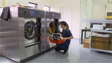超商龍頭推「洗鞋服務」 獨家直擊洗鞋產線
