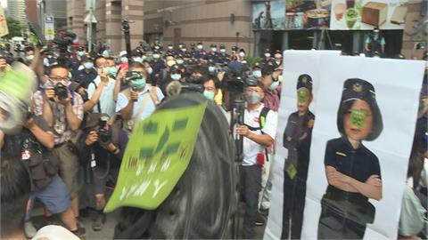 學生赴綠中央黨部丟鞋砸蔡總統頭像 南鐵案再爆衝突