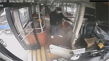 驚險一瞬間!疑乘客物品滲漏公車內變電箱起火冒煙