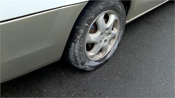 假日黃線停車 整排車慘遭水泥噴濺