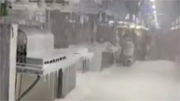 北市環南市場下雪了?! 誤觸警報泡沫積小腿高  攤商樂不起來