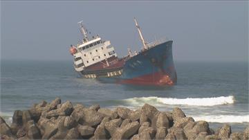 外籍貨輪失去動力擱淺旗津 直升機吊掛救13人