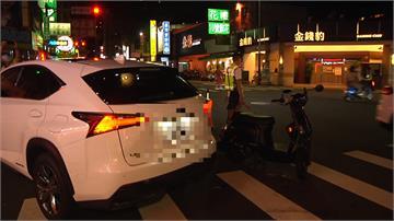 碰!汽機車路口相撞 女騎士倒地滾落車下