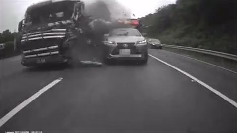 聯結車失控釀連環撞 1噸重槽罐滾落畫面驚險!