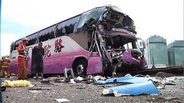 車頭全毀、玻璃碎光!遊覽車國道追撞客運 女導遊傷重不治