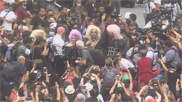 泰大學生續示威 變裝皇后現身聲援