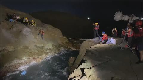 50多歲釣客疑繩索斷裂 從礁石間不慎落海