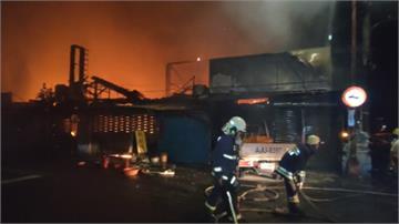 轎車撞貨車後起火 燒毀山腳市場35攤商