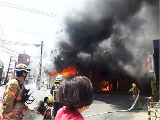 快新聞/台南連棟鐵皮建物猛烈燃燒「400平方公尺」 消防人員搶救防火勢再擴大