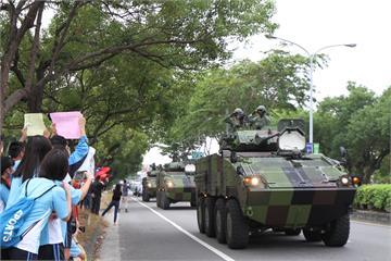 快新聞/國軍戰備週裝甲車、戰車路上奔馳 蔡英文讚「最安心的引擎聲」