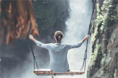 2000m懸崖玩命鞦韆!2正妹「飛高高」後1秒墜深谷 驚悚畫面曝光