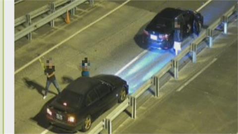 疑債務糾紛 國道3號飛車追逐!黑車遭攔慘遭包抄棍襲砸毀