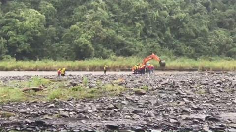 宜蘭石門溪河水暴漲 13人露營受困河床