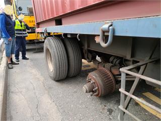 快新聞/國1大貨車輪胎突「彈飛」砸向對向車道轎車釀1死2傷