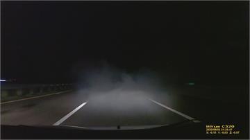 排氣管突然狂噴「濃濃白煙」 後方駕駛「能見度零」嚇出冷汗