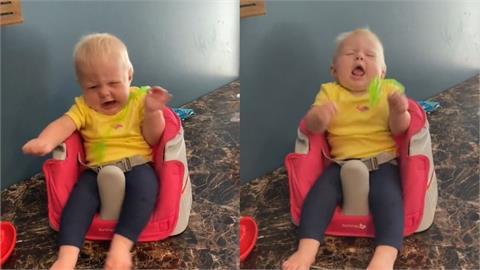 寶寶嚇壞了!天花板綠色異物突掉在身上 崩潰「尖叫狂甩」