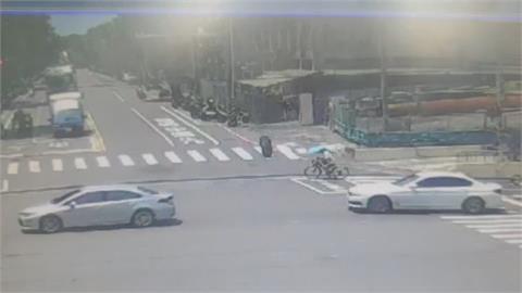 「絕命終結站」真實上演  老翁拿著雨傘騎單車...突遭超大輪胎擊落