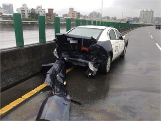 快新聞/警車停台65線處理散落物遭撞 2員警頭暈無大礙「車尾全爛」